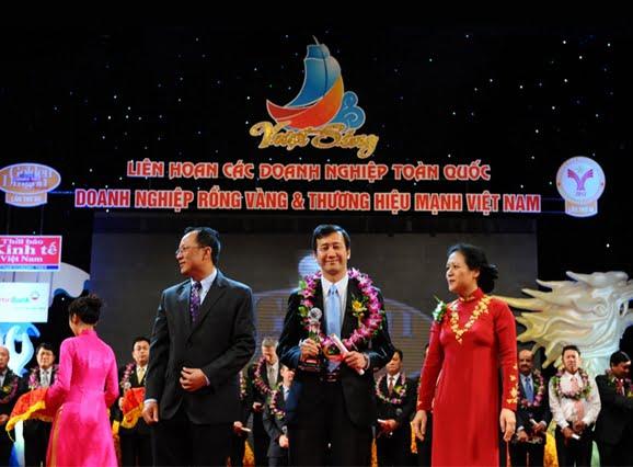 """Ông Chow Chee Fan – Tổng giám đốc dự án Celadon City nhận giải """"Doanh nghiệp có phong cách kinh doanh tốt nhất 2012""""."""